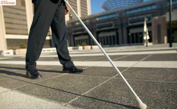 مرد نابینا در خیابان