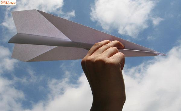 هواپیمای کاغذی در دستان پسربچه