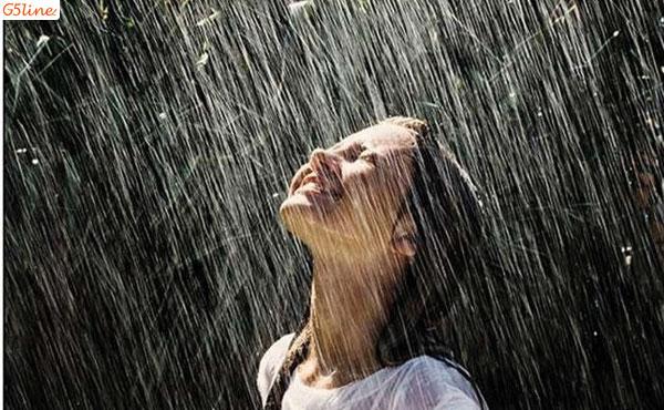 دخترک زیر باران